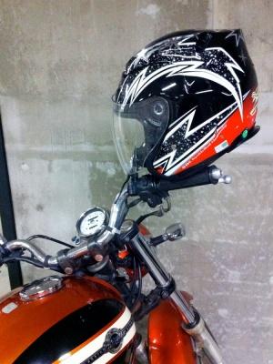 ヘルメットをミラーにかけてもいいの?
