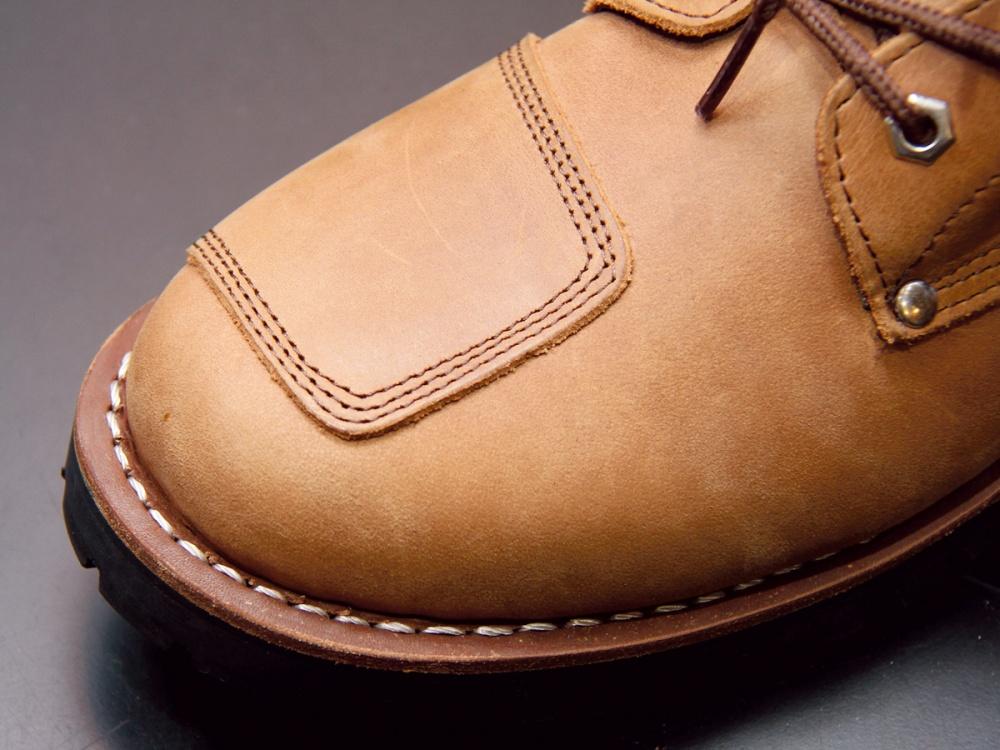 画像のようにソールの部分が靴に縫い付けられているタイプであれば、ソール交換ができる。靴の修理屋などに持ち込んでみよう