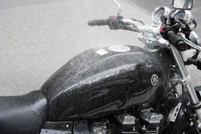 バイクって水をかけて洗車してもいいの?