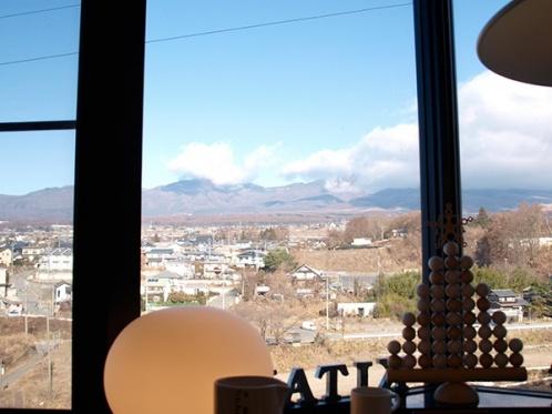 1階は浅間山が一望できるロケーションで各種雑貨アイテムを取り扱う