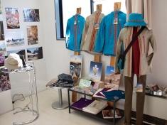 コバユリさんが手がける「ノマディカ」アイテムもモンゴルツアーの写真とともに展示・販売
