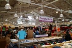 300坪を超える広い店内には、アウトレット商品、海外モデル商品のコーナーなど、充実の品ぞろえ