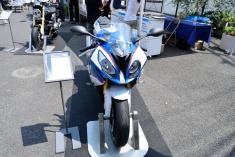 特設ステージエリアにて、BMW Motorradの最新モデルを展示。ウエアやグッズの販売も