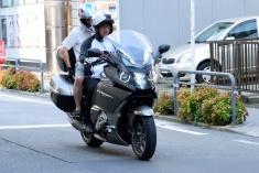 2人乗りを快適に楽しめるマキシスクーターを用いて無料のタクシー・サービスを実施