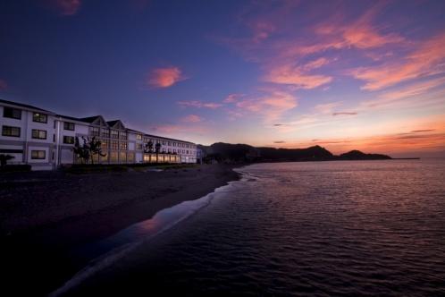 夕日を浴びる休暇村 館山