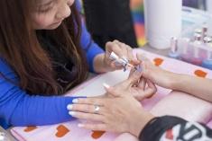 女性限定のリラクゼーションコーナーでは、ネイルカラーリングやハンドマッサージが受けられる