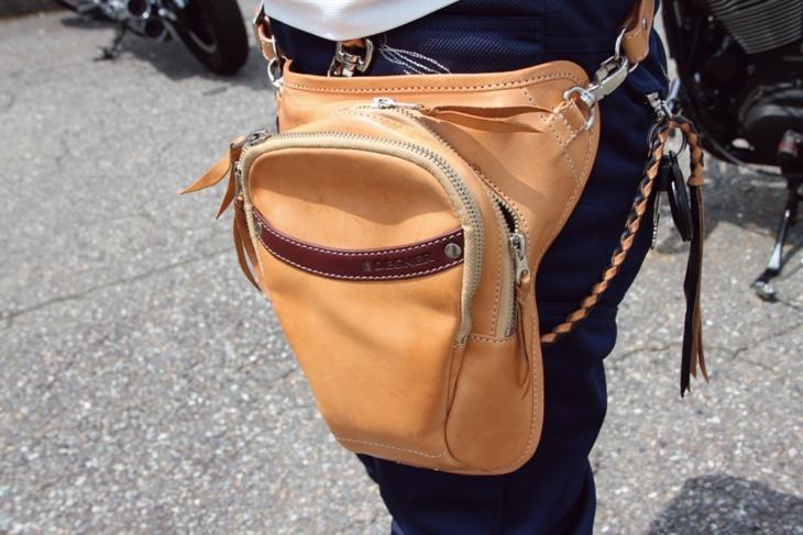 愛車のハーレーに合わせ、重たくならないベージュの革バッグがカワイイ