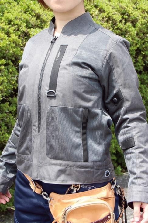 シンプルで涼しく、街中でもなじむカラーとデザインのメッシュジャケット
