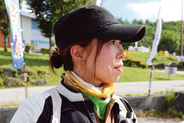 首周りのネックチューブは、ヘルメット内装を汚さないため!日差しはいつもキャップでしのぎます