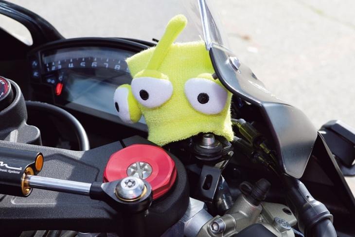 このリトルグリーンメン、バイクにライムグリーンを追加するために付けている