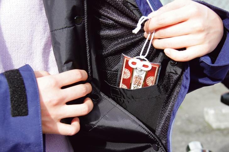 内ポケットには、地元鹿児島の霧島神宮のお守り。親友からの贈り物で、つねに持っている