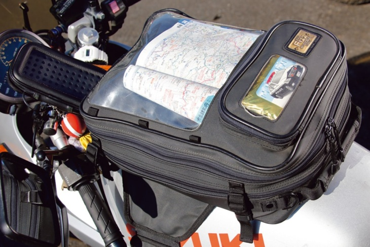 地図が見えるタイプのモトフィズのタンクバッグを愛用。手前のポケットには戒め(?)のパトカーが…