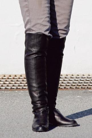 ダイアナのロングブーツがよく似合っているが、別に所有するガエルネのブーツを履くことが多いとのこと