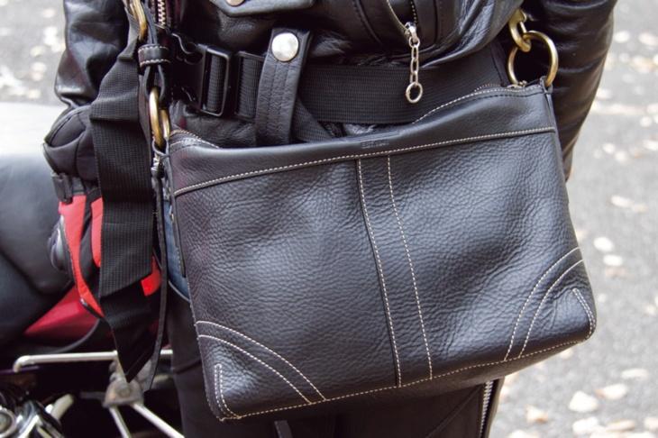 コーチのバッグを愛用。でも容量が足りなくてヒップバッグも持ち歩いてます