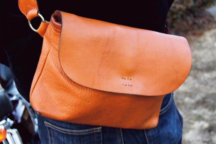 身に着けるのは上質の革製品。使い込んだショルダーバッグがいい感じ