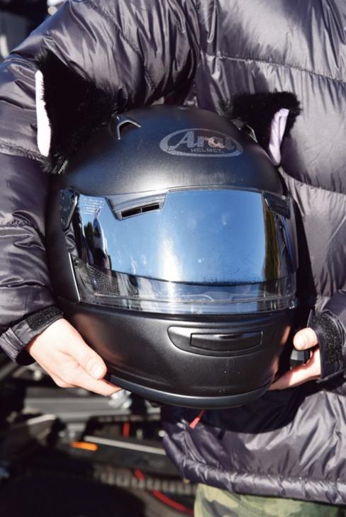 マットブラックのヘルメットに、ネコミミで個性を+。ふさふさしていてリアル!