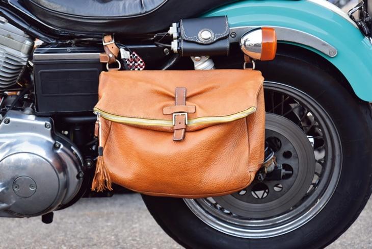 サイドバッグは容量たっぷりで使いやすさ◎。その上に付けた黒の小物入れはETC用