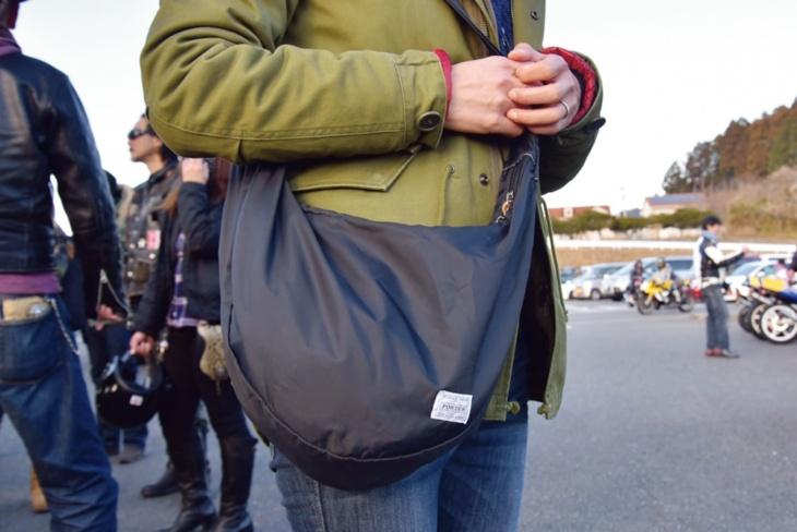 一般アパレルの黒のボディバッグ。貴重品などはまとめてこちらに
