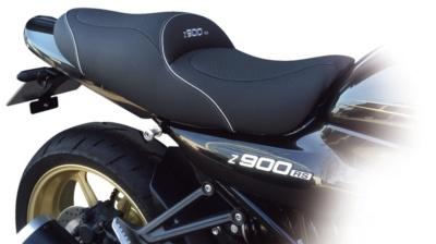 """""""バグスター Z900RS用シート""""は、段付きタイプだからライディング時の安定感がいい♪"""