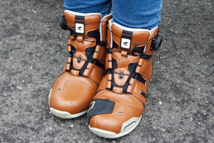 脱ぎ履きしやすいブーツは歩きやすくバイクを降りても行動しやすい