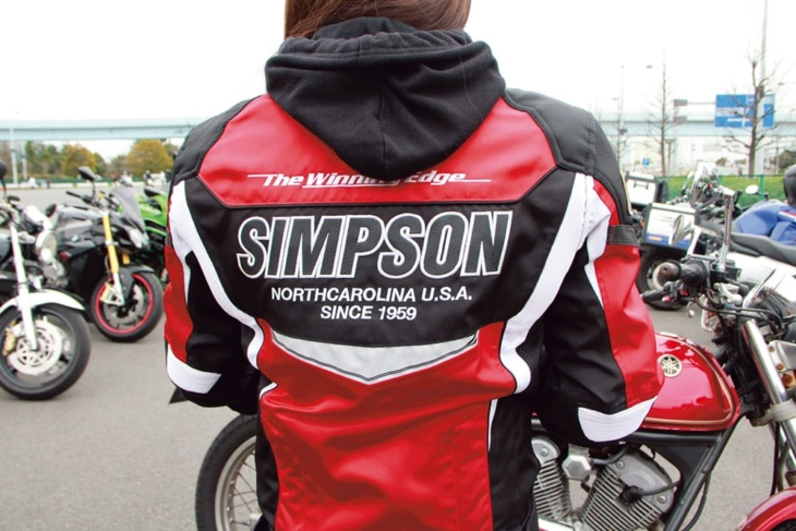 バイクの色と合わせてジャケットも赤をチョイス
