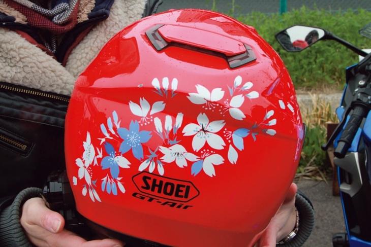 絵描きのChari-buraさんに桜を描いてもらったヘルメットでいっそう女性らしく