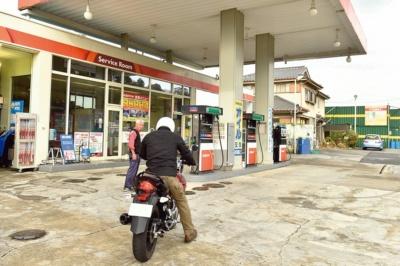 セルフ式ガソリンスタンドの給油方法を教えて