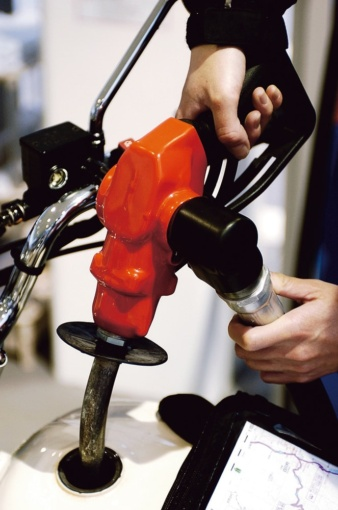 ノズルを給油口にさし込んだら給油開始