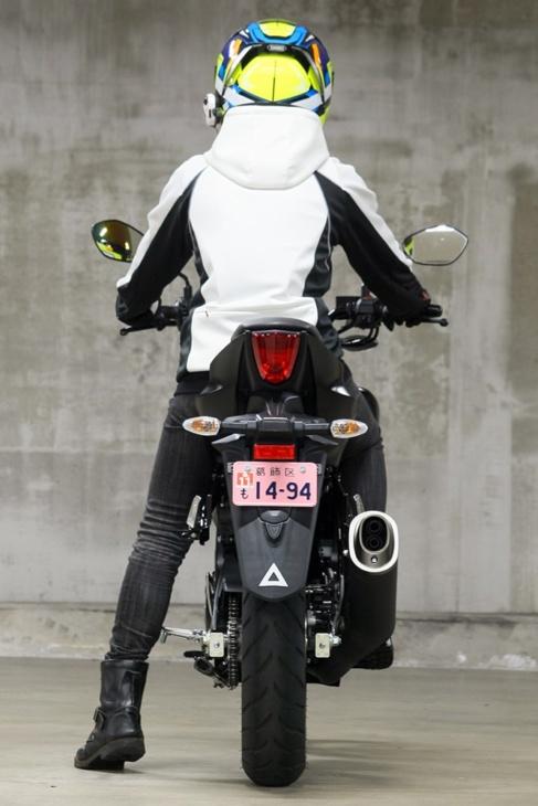 SUZUKI GSX-S125 ABS(2019年モデル)片足つき リヤビュー