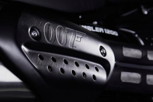 TRIUMPH Scrambler 1200 Bond Edition エキゾーストナンバーボードとサイドパネルロアフィニッシャー