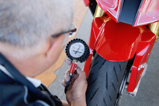 サーキットデビュー エアゲージを使って空気圧のチェック