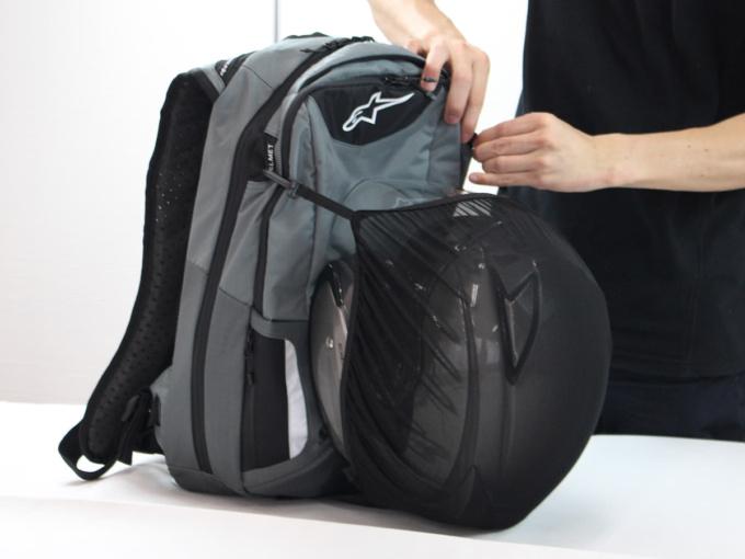 アルパインスターズ CITY HUNTER BACKPACK付属のヘルメット収納品袋を装着