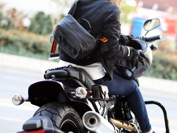 ドッペルギャンガー DBT600-BK ターポリンウエストバッグ 肩がけ使用イメージ