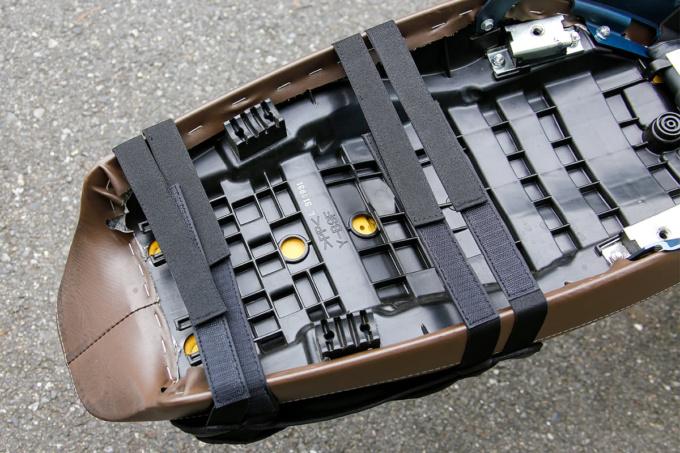 ドッペルギャンガー バイク用シートクッションセットを装着したシートの裏