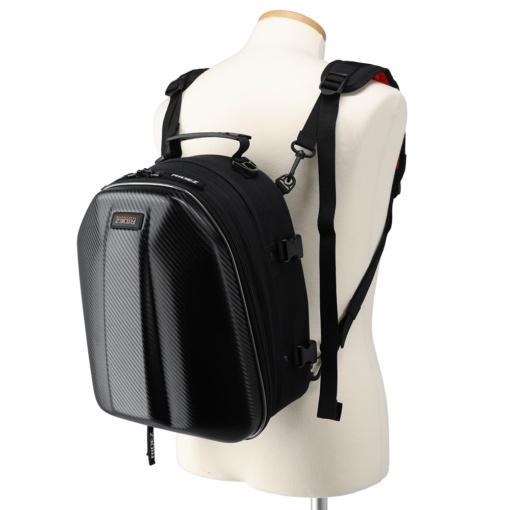 RIDEZ TRANSPORTER HARDSHELL SEAT BAG RTS03を付属のベルトを使って背負った状態