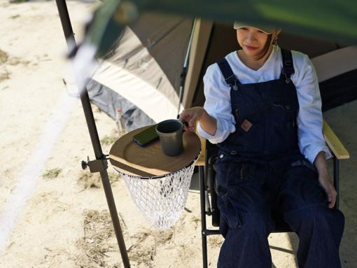 DOD キャンプタマイーレに丸皿を乗せてサイドテーブルとして使っている様子