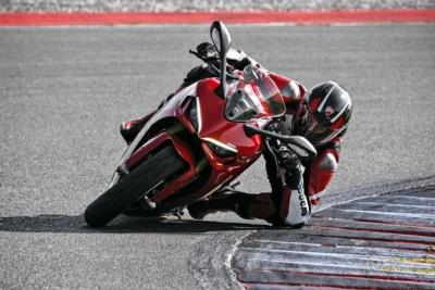 """スポーティーさとツーリングでの走りやすさを兼ね備えたDUCATI新型""""スーパースポーツ950""""登場!"""