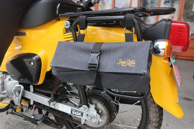 JAM'S GOLD JGB-905 ANKERツールバッグをクロスカブのリヤキャリアに装着した例