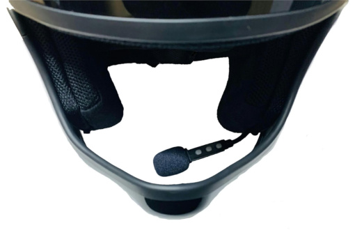 RIDEZ ワイヤレスヘルメットヘッドセット DEF-HP1のマイクをヘルメットに装着したイメージ