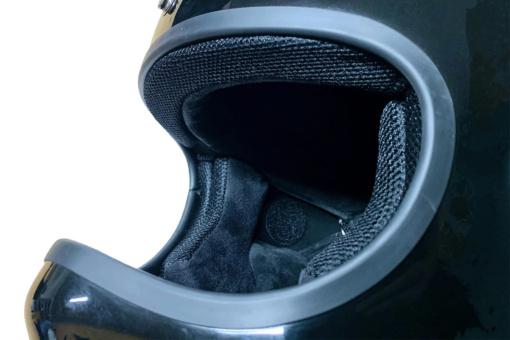 RIDEZ ワイヤレスヘルメットヘッドセット DEF-HP1のスピーカーをヘルメットに装着したイメージ