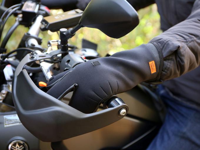 ドッペルギャンガー バイク用オーバーグローブ 着用イメージ