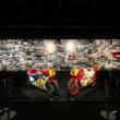 歴史あるレース写真が100点展示! ケニーとスペンサーが乗ったWGPマシンの実車も見られる!JRPA50周年写真展開催中