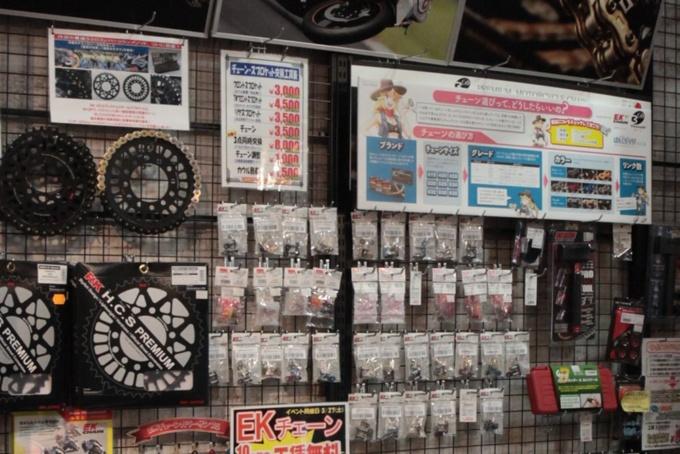"""""""バイク部品擬人化コメディ はんくらっち!""""のチェーンちゃんが各用品店のチェーンコーナーに登場"""
