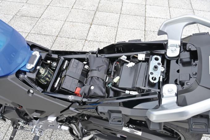 SUZUKI V-Strom250 ABS シート下