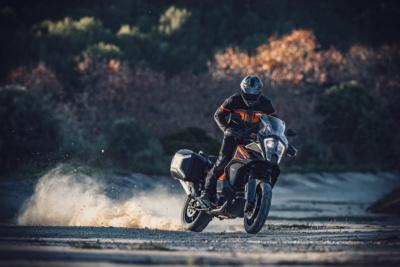 KTMのアドベンチャーモデルを新車で成約すると、純正オプションパーツもらえる!
