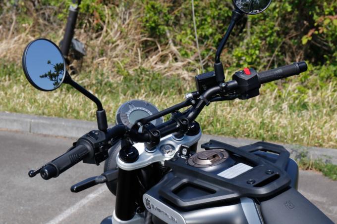 HUSQVARNA MOTORCYCLES SVARTPILEN 125 ハンドルまわり